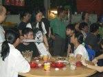 赵丽兰与甲华青成员谭力铭(左一)在马六甲小贩中心收集签名。